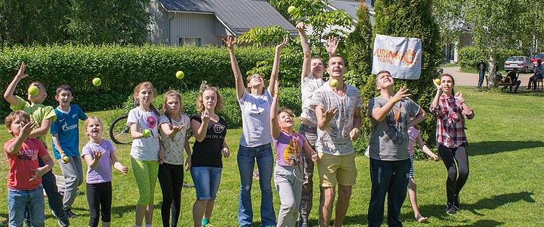 Kesäinen ryhmäkuva Aurinko Camp.